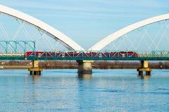 横渡在多瑙河的一座桥梁的火车 免版税库存照片