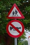 横渡在学校区域的小学生和请保持安静,没有按喇叭 免版税库存图片