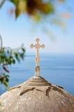 横渡在教会圆顶在圣托里尼,基克拉泽斯,希腊 免版税库存图片