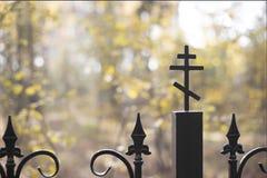 横渡在教会的铸铁篱芭 库存照片