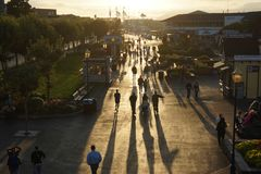 横渡在旧金山经营的码头39的游人 免版税库存照片