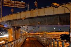横渡在有夜照明的高速公路桥梁下,曼谷,泰国 库存照片