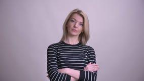 横渡在胸口的成人可爱的白肤金发的白种人女性特写镜头画象看照相机有背景 股票视频