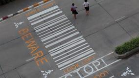 横渡在行人穿越道的运输步行者和车在晚上天、油罐顶部角钢视图或者鸟眼睛射击期间 影视素材