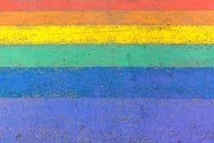 横渡在LGBTQI或LGBT彩虹街道自豪感作为背景的旗子颜色 库存图片