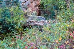 横渡塞恩峡谷的岩石桥梁 库存图片