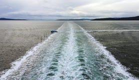 横渡大Ferry& x27的一点小船; s苏醒 免版税库存照片