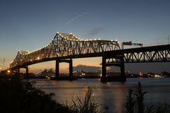横渡密西西比河的贺拉斯威尔金森桥梁和跨境10在巴吞鲁日 库存图片