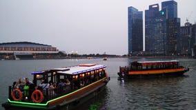 横渡往财务大厦的小船在新加坡 库存图片