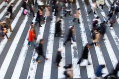横渡斑马线的步行者人群  免版税库存图片