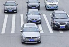 横渡斑马道路,烟台,中国的VW ` s 免版税库存照片