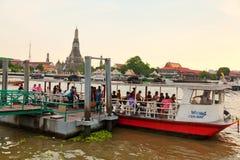 横渡昭披耶河,曼谷的公开小船 免版税图库摄影