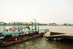 横渡昭披耶河,曼谷的公开小船 库存图片