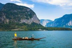 横渡有一条传统小船的人们湖 库存照片