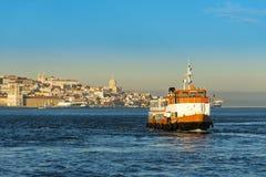 横渡有里斯本地平线的客船(Cacilheiro)塔霍河作为背景 免版税图库摄影