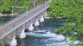 横渡桥梁狂放的河和铁路的人们 股票录像