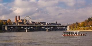 横渡河Rh的其中一条巴塞尔四位乘客的轮渡 免版税库存照片