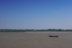 横渡湄公河的小船 库存照片