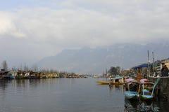 横渡湖的当地人使用小船在Dal湖克什米尔印度在wiinter期间 库存照片