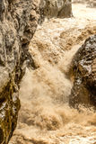 横渡玄武岩岩石的印象深刻的河急流 免版税库存照片