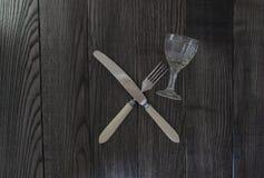 横渡的刀子叉子和玻璃 免版税库存照片