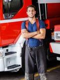 横渡的微笑的消防队员常设胳膊 库存图片
