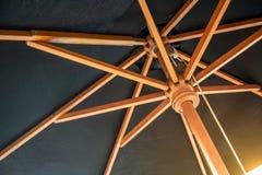 横渡的木伞结构创造在黑色的一个抽象样式 免版税库存照片