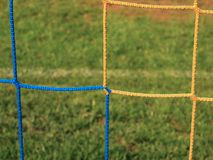 横渡的足球网,在目标网的足球橄榄球与在橄榄球操场的塑料草 免版税库存图片