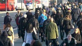 横渡繁忙的伦敦桥,伦敦的通勤者 影视素材
