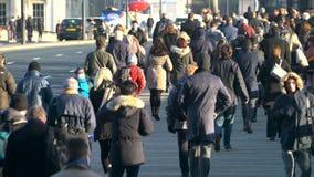 横渡繁忙的伦敦桥,伦敦的通勤者 股票视频