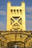 横渡萨克拉门托河,特写镜头的塔桥梁 免版税库存照片