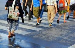 横渡街道行人穿越道,曼谷泰国的人人群  免版税库存图片