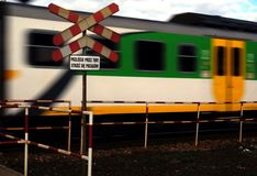 横渡轨道的火车 免版税图库摄影