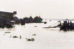 横渡轮渡的在我的Tho,越南的人们湄公河 免版税图库摄影