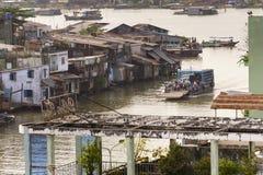 横渡轮渡的在我的Tho,越南的人们湄公河 库存图片