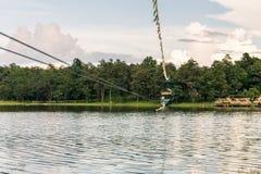 横渡邮编线的少妇一个湖在清迈 库存图片