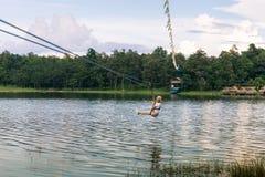 横渡邮编线的少妇一个湖在清迈 图库摄影