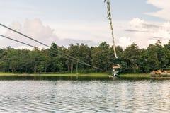 横渡邮编线的少妇一个湖在清迈 免版税图库摄影