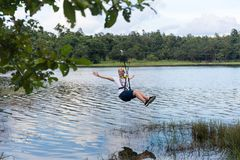 横渡邮编线的年轻人一个湖在清迈 库存照片