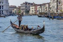 横渡长平底船的,威尼斯,意大利的蜜月旅行者大运河 库存图片
