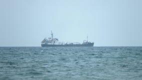 横渡风雨如磐的海洋的商业船只定期流逝浇灌,运载物品 股票视频
