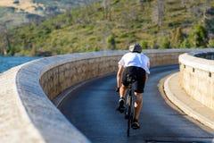 横渡马拉松水坝的骑自行车者 免版税库存照片