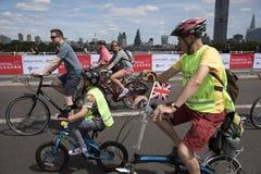 横渡魂断蓝桥伦敦英国的骑自行车者 图库摄影