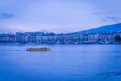 横渡Geneva湖的小船 库存照片