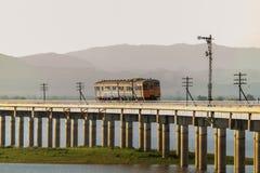横渡Pasak Chonlasit水坝的火车风景视图 农业的水库在Lopburi,泰国 库存图片