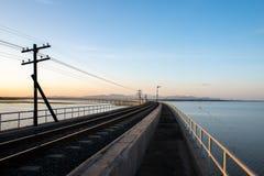 横渡Pasak Chonlasit水坝的火车风景视图 农业的水库在Lopburi,泰国 免版税库存图片