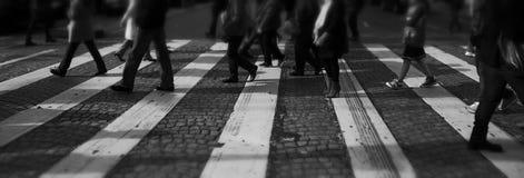 横穿朝向步行者无法认出不是显示的街道 免版税库存照片