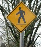 横穿步行者符号 库存照片