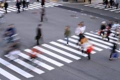 横穿步行者 库存照片