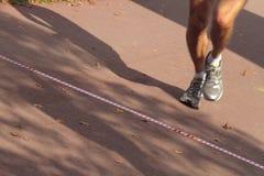 横穿终点线赛跑者 免版税图库摄影